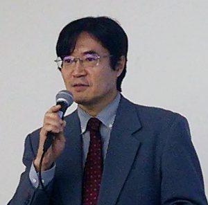 フッ素とインプラント性歯周炎の関係を説明する松井歯科医師